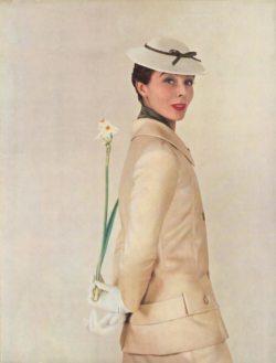le mannequin Bettina Graziani porte un ensemble de Christian Dior, une jonquille dans le dos
