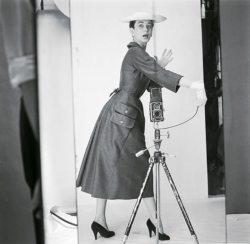 La mannequin Doriane en robe de flanelle grise de Jacques Fath se prend en photo. « Isoscope » — c'est le nom de ce miroir de vérité inventé par Jean Corbeil avec l'appui du célèbre professeur Chrétien