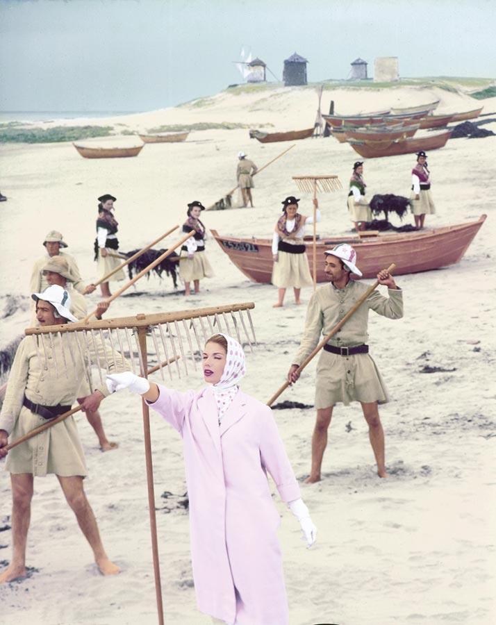 Sur une plage de pêcheur de sargasse au Portugal, la mannequin Edith Boulting porte un imperméable de Lempereur ros, un foulard à pois de Simonot Godard.e