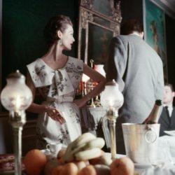La mannequin Mary Jane Russell porte une robe à motif floral de Christian Dior.