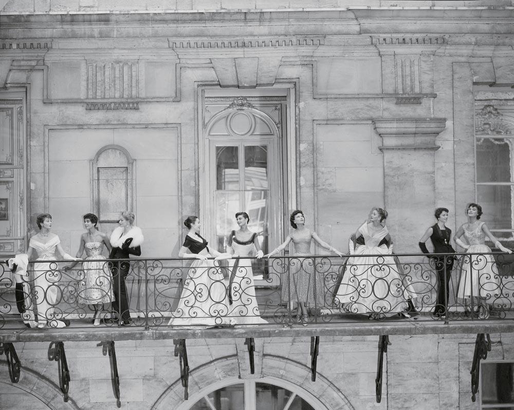 9 mannequins sur un balcon au château de Versailles