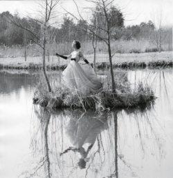 Mannequin portant une robe de Jacques Griffe au milieu de l'eau