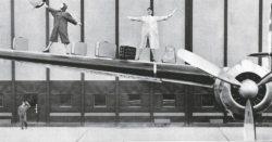Deux femmes en imperméable avec des bagages sur une aile d'avion