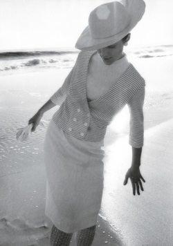 Pia Rosselli au bord de l'eau, photo de mode pour Harper's Bazaar