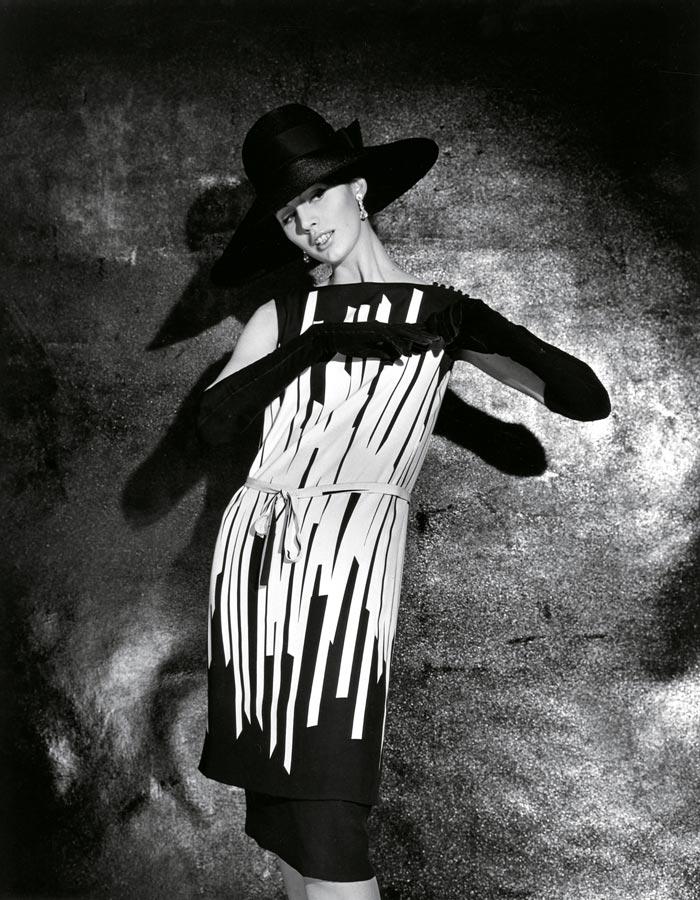 robe noire et blanche géométrique graphique