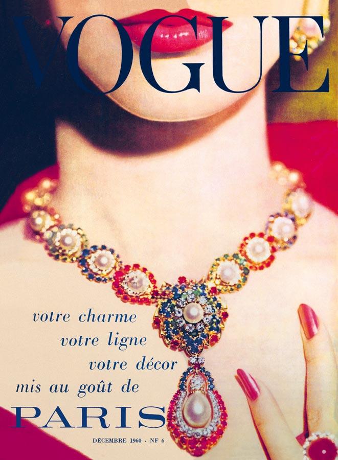 """Couverture du Vogue français titré """"votre charme votre ligne votre décor mis au goût du Paris"""" montrant un bijou de Van Cleef & Arpels"""