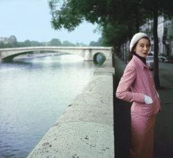 EN BORD DE SEINE, la mannequin Bettina porte un tailleur à rayure de Lanvin-Castillo. En arrière-plan, le Pont de la Tournelle...