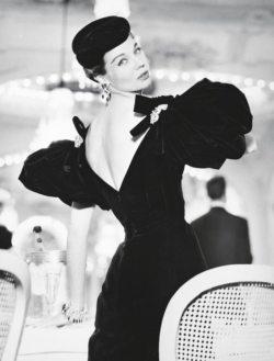 La mannequin Enid Boulting porte une robe de velours noir de Jacques Fath. Photographie extraite du Elle du 5 septembre 1955 prise par Lionel Kazan.