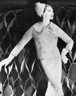 Le mannequin Jessica Ford porte une ensemble de Lilli Ann et un turban Amrose