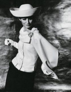 Le mannequin Pia Rossilli porte un ensemble de Hannah Troy