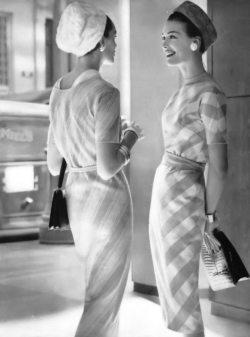 Deux mannequins : Robes de Dan Keller et Mr. Mort, chapeaux de John Frederics, sac à main Bienen-Davis