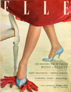 Les jambes sont mises en évidence : robe en velours rouge de Christian Dior. Escarpins en satin bleu pale cloutés de brillant de Dior-Delmain. Couverture du magazine Elle du 5 octobre 1953 titrée