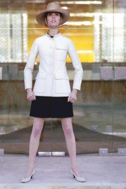 La mannequin islandaise Gudrun Bjarnadottir Bergese porte un ensemble safari de Christian Dior. Photohraphie de Lionel Kazan pour Marie-Claire.