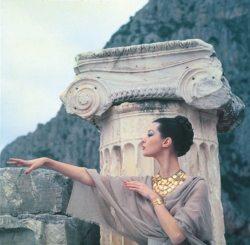 La mannequin Barbara Mullen de profil devant une colonne ionique grecque. Photographie inédite extraite de la série