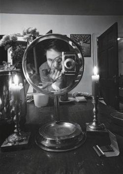 Autoportrait de Lionel Kazan dans un miroir rond.