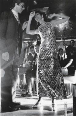 La mannequin Pia Kazan dansant dans une robe brodée de miroir de Yves Saint Laurent