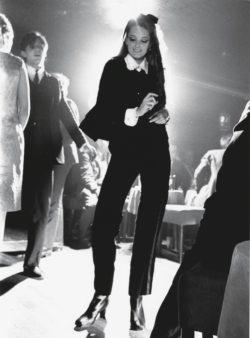 Mannequin dansant habillé d'un smocking en veours noir de Yves Saint Laurent.