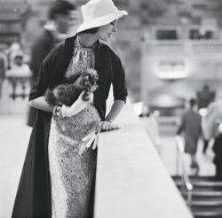 Femme portant un petit chien habillée d'une robe Suzy perette