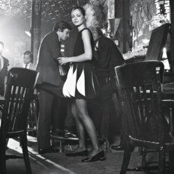 Scène dans un bar montrant une mannequin habillée d'une robe noire et blanche cinétique de Pierre Cardin.