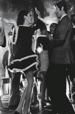 Mannequin dansant portant une robe en velours noir en compagnie du danseur Jacques Chazot