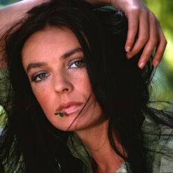 L'actrice-chanteuse, agée de 26 ans, pose dans un paysage nature, maquillée au naturel. À la bouche, un brin d'herbe.